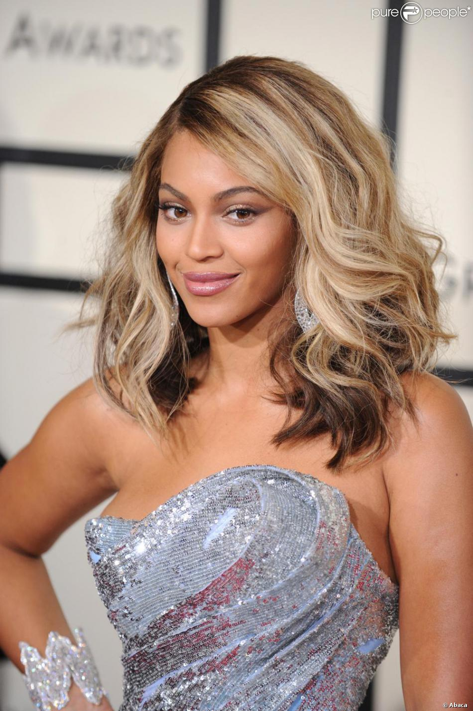 Coupe de cheveux chatain avec meche blonde