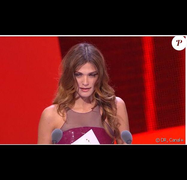 Elisa Sednaoui remet le prix des Meilleurs costumes, lors de la 36e nuit des César, vendredi 25 février 2011.