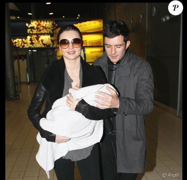 Orlando Bloom et Miranda Kerr arrivent à l'aéroport de Paris avec leur adorable bébé, le 2 mars 2011.