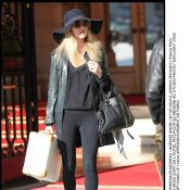 Kate Moss a fait son numéro à Paris... toute en gambettes !