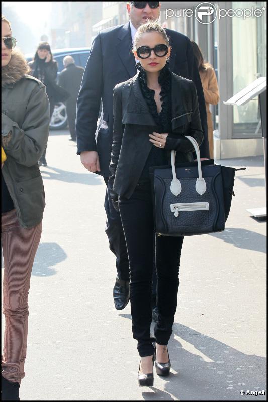 Nicole Richie s'offre une séance de shopping à Paris avant de se rendre à un défilé à la Pyramide du Louvre, samedi 5 mars, à Paris.