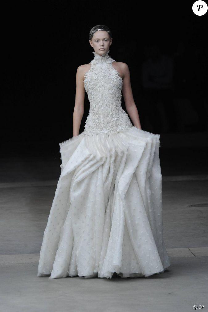 D fil alexander mcqueen pr sent paris le 8 mars 2011 for Alexander mcqueen robe de mariage