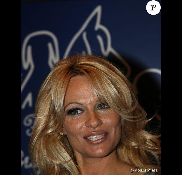 Pamela Anderson a la fondation Bardot a Paris en Fevrier 2008