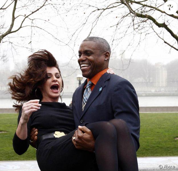 Carl Lewis et Nadia Comaneci, deux légendes olympiques vivantes, donnaient le coup d'envoi de la mise en vente des billets pour les JO 2012, le 15 mars 2011, à Londres, devant Tower Bridge.