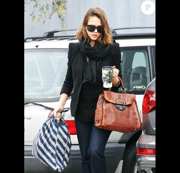 Jessica Alba folle de son nouveau sac Prada, le 23 mars 2011 à Los Angeles