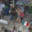 Juliette Lewis en compagnie d'un jeune inconnu, sur la plage de Los Cabos, au Mexique, le 21 mars 2011