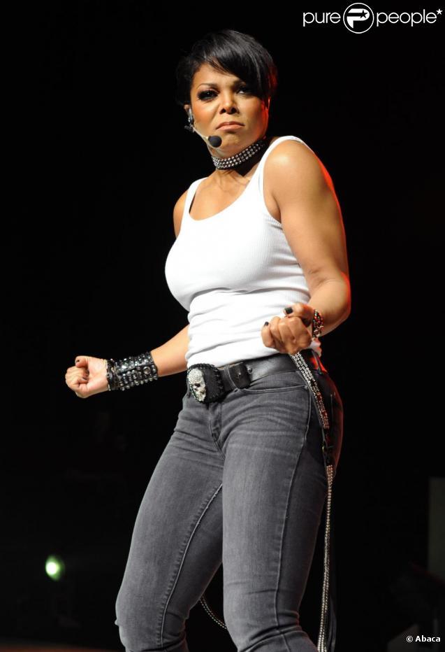 Janet Jackson se produit sur la scène du Gibson Amphitheatre de Los Angeles, dans le cadre du Number Ones Up Close and Personal Tour, jeudi 14 avril.