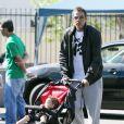 Chris Ivery, mari de Ellen Pompeo, se baladait avec sa fille dans les rues de Los Angeles, le 9 avril 2011.