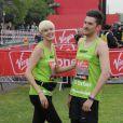 Agyness Dey et son ami, le designer Henry Holland lors du marathon de Londres le 17 avril 2011.