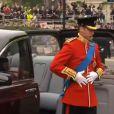 Prince William très élégant dans son uniforme rouge à l'Abbaye de Westminster pour son mariage, le 29 avril 2011