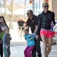 Lorsque Gwyneth va à la salle de sport, ses enfants Apple et Moses tentent de la retenir ! Avril 2011