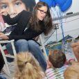 Avec ses deux bambins, Amanda Peet est habituée à raconter des histoires... Et elle semble adorer ça ! New York, 9 mai 2011