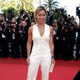 Anne-Sophie Lapix, tout de blanc vêtue, l'élgance faite femme lors de la montée des marches pour la projection de The Artist, le 15 mai 2011 à Cannes
