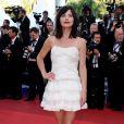 Délphine Chanéac a fait le show dans une mini-robe blanche lors de la montée des marches pour la projection de The Artist, le 15 mai 2011 à Cannes
