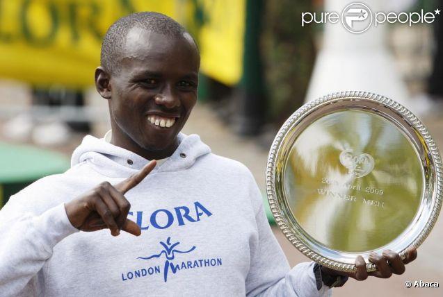 Le 29 avril 2009, Samuel Wanjiru célébrait son trophée à Londres. Il venait de gagner le marathon de la capitale anglaise.