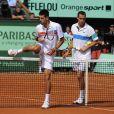 Novak Djokovic, Michaël Llodra et l'épreuve du franchissement de filet ! Samedi 21 mai 2011, chaude ambiance à la Porte d'Auteuil, pour l'ouverture des Internationaux de France de Roland-Garros !