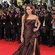 Angelina Jolie dévoile ses magnifiques jambes dans une robe fendue tendance et sexy ! Cannes, 16 mai 2011