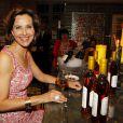 Carole Bouquet et son vin Sangue d'Oro, le 2 juin 2011 dans la cave Magnum à Bordeaux