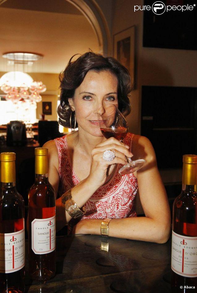 Carole Bouquet dans la cave Magnum à Bordeaux, le 2 juin 2011, présentant son vin Sangue d'Oro