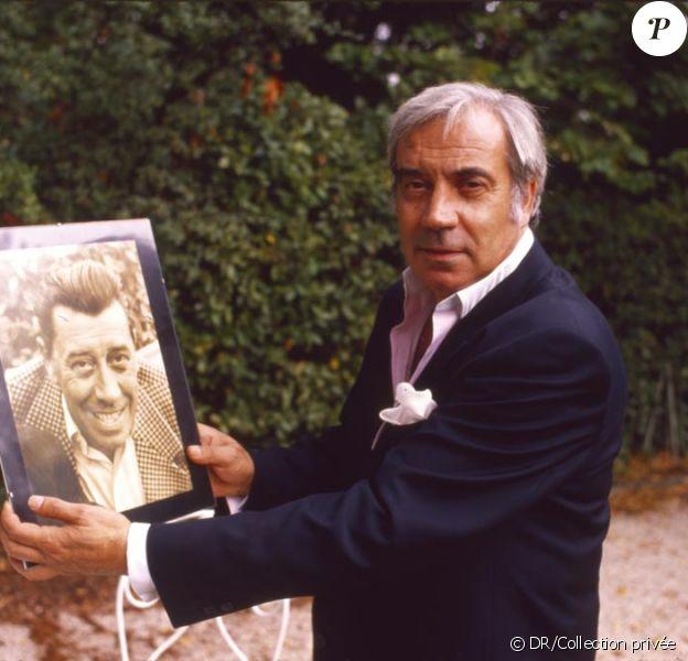 Franck Fernandel avec la photo de son père