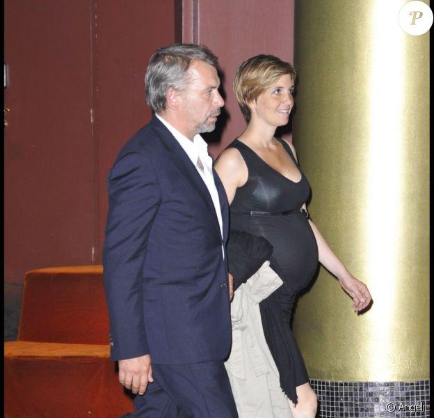 Philippe Torreton et sa femme Elsa Boublil enceinte, lors de l'avant-première de Présumé Coupable, au Gaumont Marignan des Champs-Elysées, à Paris, le 14 juin 2011.