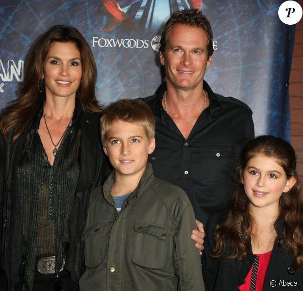 Cindy Crawford, son mari Randy Gerber, et leurs enfants Presley et Kaia lors de la première de la comédie musicale Spider-man : Turn off the Dark à New York le 14 juin 2011