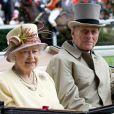 """""""Ascot 2011, jour 4, vendredi 17 juin 2011 : après le rose bonbon de la veille, place au jaune lumineux pour la reine Elizabeth II. La pluie persistante oblige les bibis à se planquer sous les parapluies, mais le rendez-vous tient ses promesses."""""""