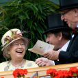 Ascot 2011, jour 4, vendredi 17 juin 2011 : chaude ambiance en tribune royale, autour de la reine Elizabeth II. La pluie persistante oblige les bibis à se planquer sous les parapluies, mais le rendez-vous tient ses promesses.