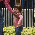 La nounou s'occupe de l'adorable petite Lucia, la fille de Mel Gibson, à Malibu le 17 juin 2011