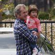 Mel Gibson : un vrai papa poule avec sa petite Lucia à Malibu alors qu'il rejoint son fils Thomas le 17 juin 2011