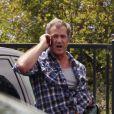 Mel Gibson semble énervé au téléphone à Malibu le 17 juin 2011
