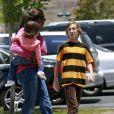 La nounou porte Lucia, la fille de Mel Gibson, aux côtés de Thomas, le fils de ce dernier dans les rues de Malibu le 17 juin 2011