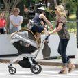 Jane Krakowski alias Jenna Maroney dans 30 Rock est aux anges avec son fils Bennett, né le 13 avril dernier. New York, 20 juin 2011