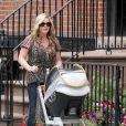 Jane Krakowski est une maman comblée avec son petit Bennett, qu'elle a eu avec son fiancé, le styliste Robert Godley. New York, 20 juin 2011