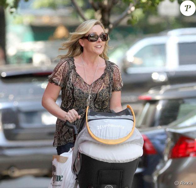Jane Krakowski est radieuse lors d'une promenade dans les rues de Manhatan avec son fils de 2 mois, Bennett. New York, 20 juin 2011