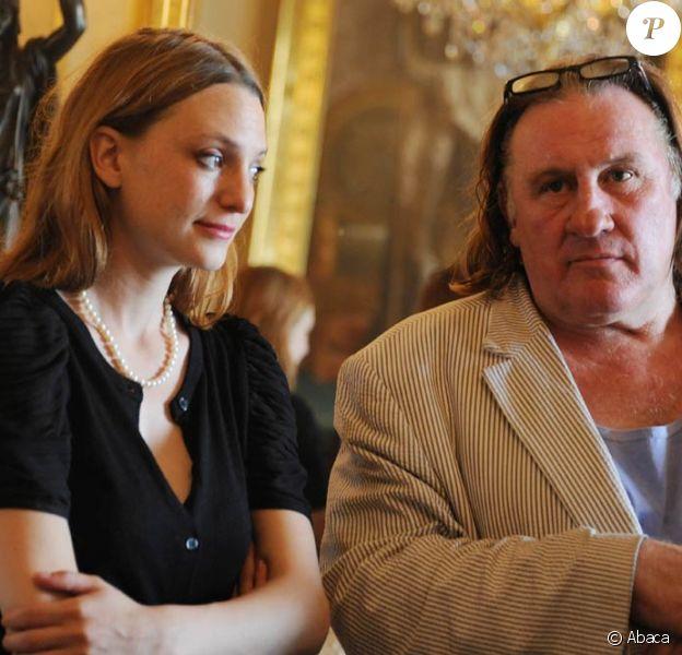 Raphaële Lannadère recevait le mardi 21 juin 2011, au ministère de la Culture et de la Communication, le prix Barbara récompensant son album Initiale. En présence du ministre Frédéric Mitterrand, de l'acteur Gérard Depardieu et de la chanteuse Marie-Paule Belle.