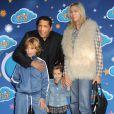 Smaïn avec ses enfants Rayanne et Shanaëlle et sa compagne Sid au jardin d'Acclimatation de Paris le 3 mai 2011