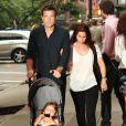 Jason Bateman et sa femme Amanda Anka se promènent dans les rues de New York avec leur fille Fransesca le 24 juin 2011