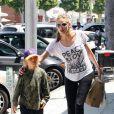 Sharon Stone passe du temps avec son grand garçon Roan, à Beverly Hills, le 25 juin 2011.