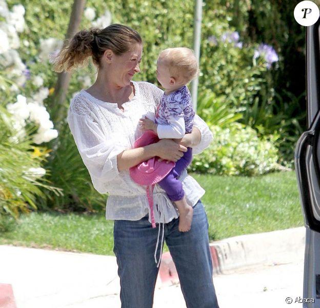 Rebecca Gayheart vient chercher sa fille Billie âgée d'un an et demi après une journée au parc, à Los Angeles, le 27 juin 2011.