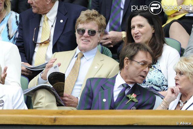 Robert Redford au tournoi de Wimbledon. Cliff Richard est à ses côtés. Le 1er juillet 2011.