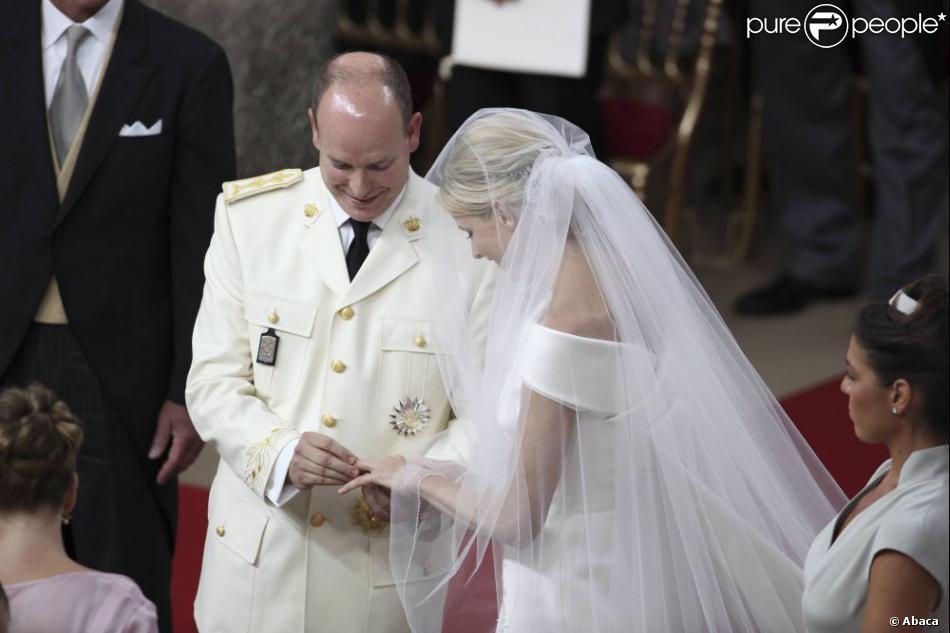 ... des alliances lors de leur mariage religieux dans la cour dhonneur du