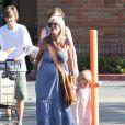Tori Spelling, Dean McDermott, Liam et Stella font un ravitaillement en famille en ce week-end du 4 juillet. Malibu, le 2 juillet 2011