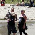 Pink profite d'un moment avec son mari Carey Hart et sa fille d'un mois, Willow. Malibu, 4 juillet 2011