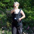 Pink ne supporte clairement plus la présence des photographes  lorsqu'elle est en famille avec son mari Carey Hart et sa petite fille  Willow. Malibu, 4 juillet 2011