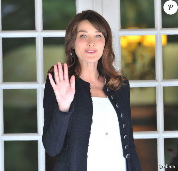 Carla Bruni-Sarkozy, enceinte, dévoile ses courbes de future maman, à Deauville, le 26 mai 2011.