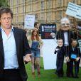 Hugh Grant lance l'offensive devant le parlement pour le durcissement de la législation pour la protection de la vie privée au Royaume-Uni, à Londres, le 6 juillet 2011.