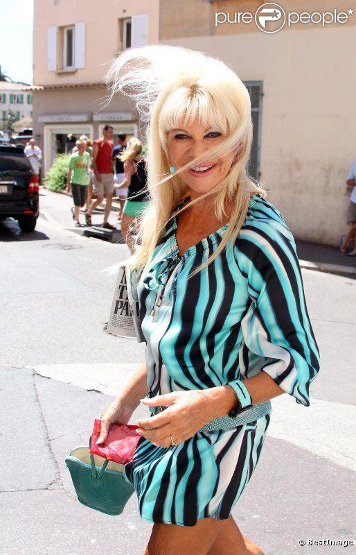 Ivana Trump se promène en robe très courte dans les rues de Saint-Tropez ! Le 21 juillet 2011