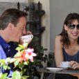 Le premier ministre britannique David Cameron et son épouse Samantha profitent de quelques jours de vacances en Italie, le 31 juillet 2011 : ils boivent un café à Montevarchi, près de Sienne.
