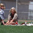 Tori Spelling et Dean McDermott s'occupent de leurs enfants Liam et Stella dans un parc à Malibu le 16 juillet 2011